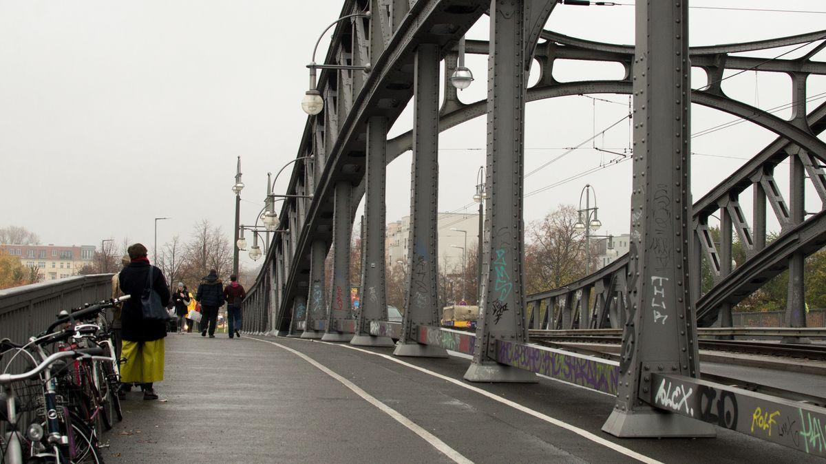 Slavný most Bösebrücke. Tudy šla Angela Merkelová, aby si dala první pivo na Západě