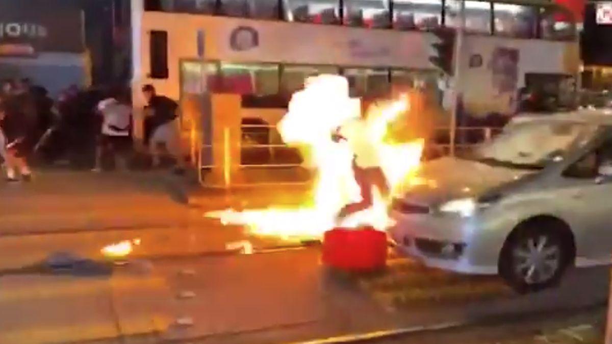 Policista vHongkongu postřelil 14letého chlapce, demonstranti útočili zápalnými lahvemi, píší místní média
