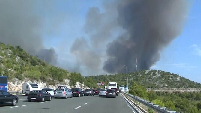 Uchorvatského Šibeniku hoří les. Požár se daří hasit