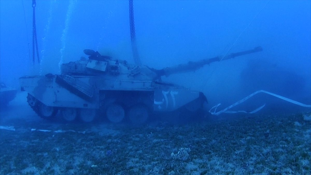 Video: Tanky a helikoptéry mezi medúzami. VJordánsku mají podmořské vojenské muzeum