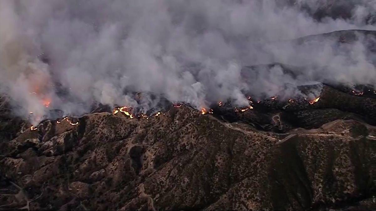 100tisíc lidí se musí evakuovat. Požáry zachvátily více než 18čtverečních kilometrů lesů