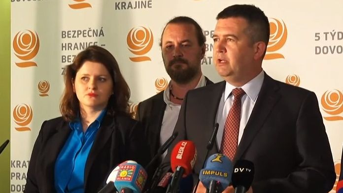 ČSSD zatím zůstává ve vládě, trvá na Šmardovi a Hamáček si může vyžádat demise ministrů