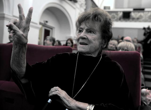 Žena datování starší žena