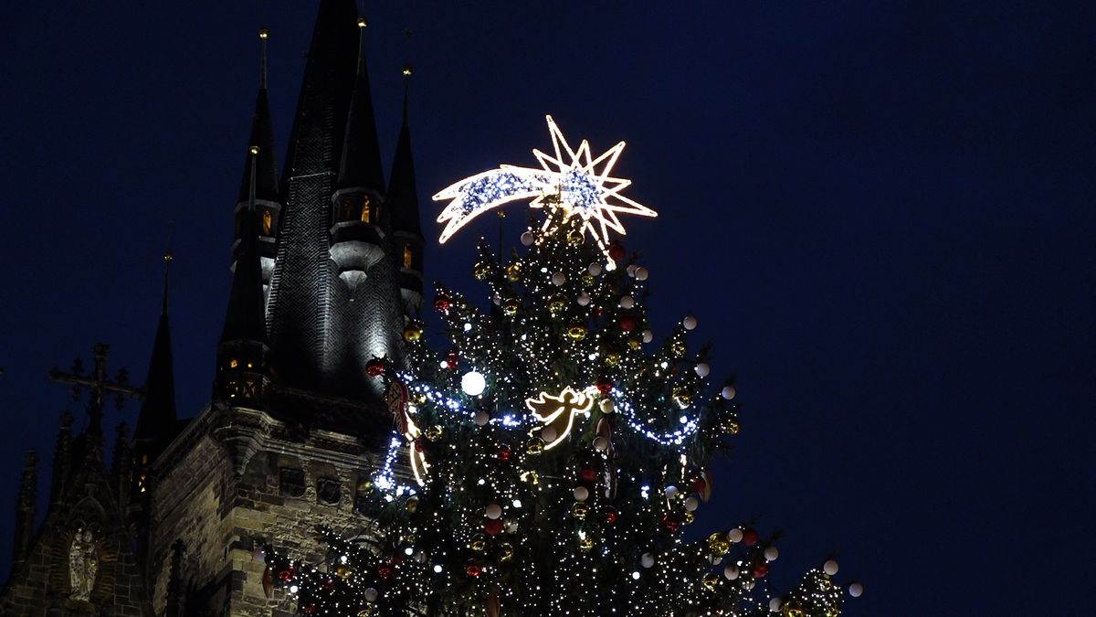Video: Staroměstské náměstí vPraze rozzářil vánoční strom