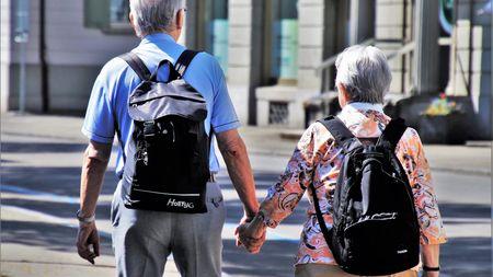 Vláda chce přidat polovině důchodců. Kdo může čekat pětistovkunavíc