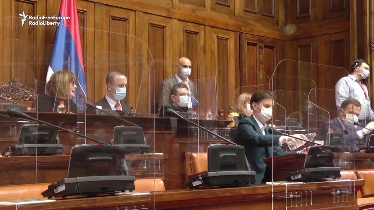 Štíty zplastu jako ochrana. Tak teď zasedá srbský parlament