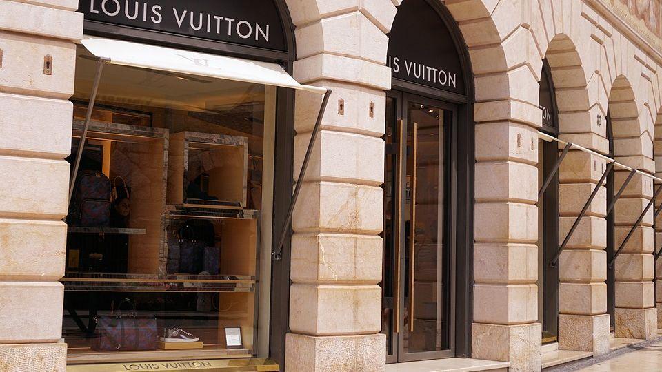 Pán všeho luxusu přišel o30miliard dolarů. Krize ho může posílit