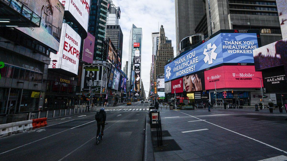 """New York je korona-epicentrum USA. Učí se tanec jménem """"sociální distance"""""""