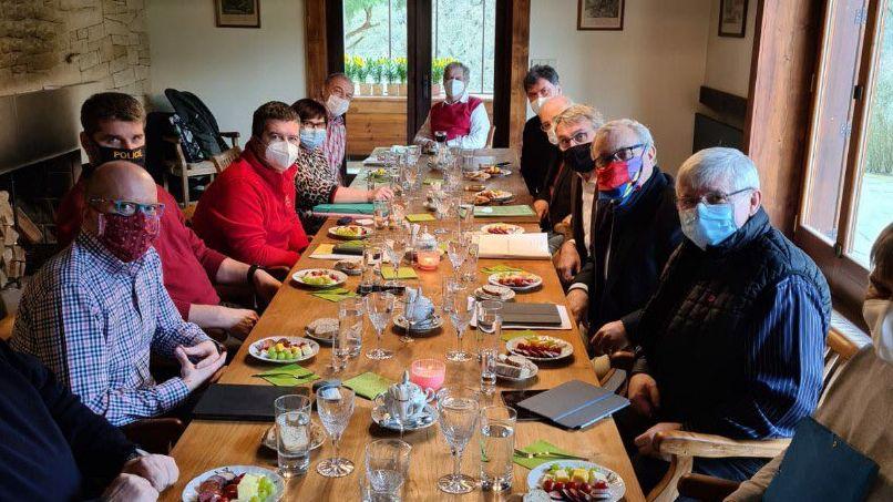 Záhada schůzky uZemana: jak jedlo 13VIP přes roušky?
