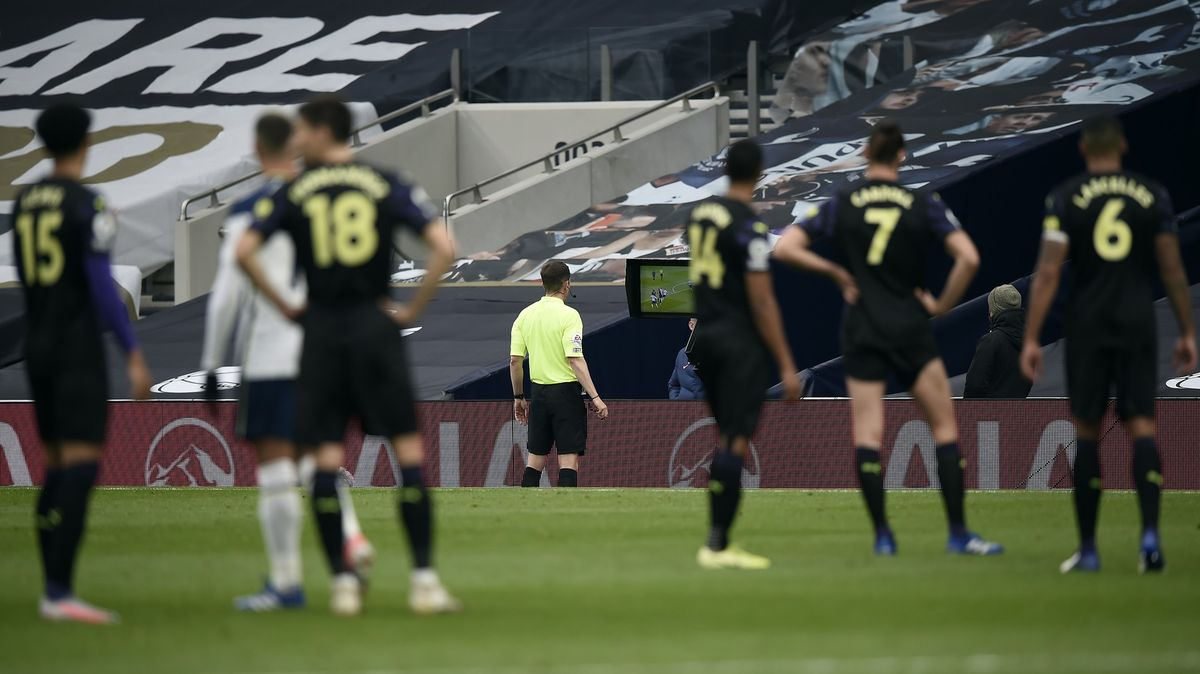 Zabíjíte fotbal, kritizují experti nová pravidla pro hru rukou vAnglii