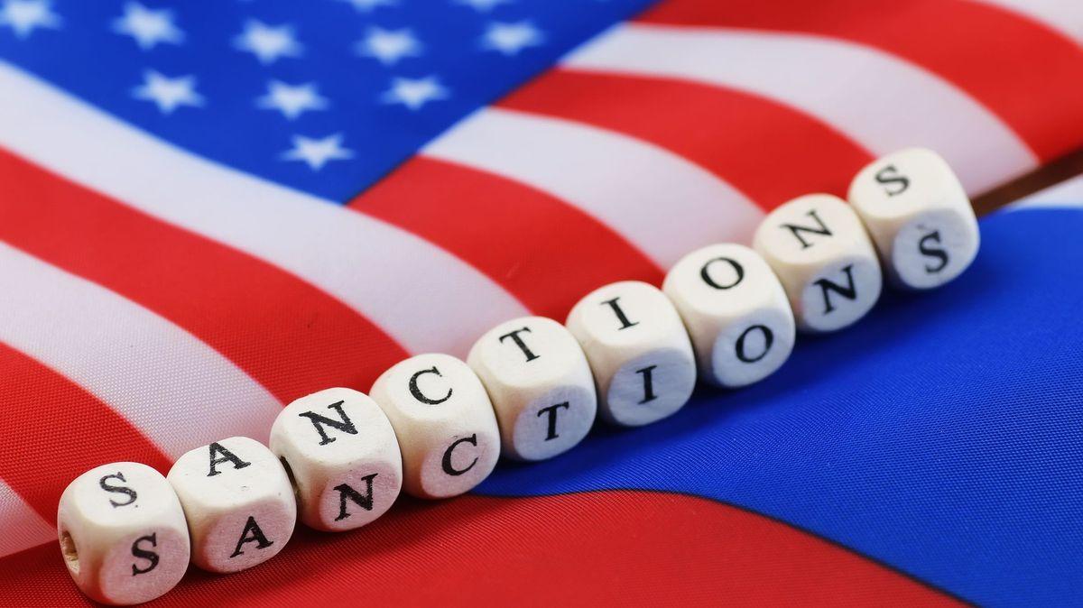 USA vyhostí deset ruských diplomatů a uvalí nové sankce vůči Moskvě