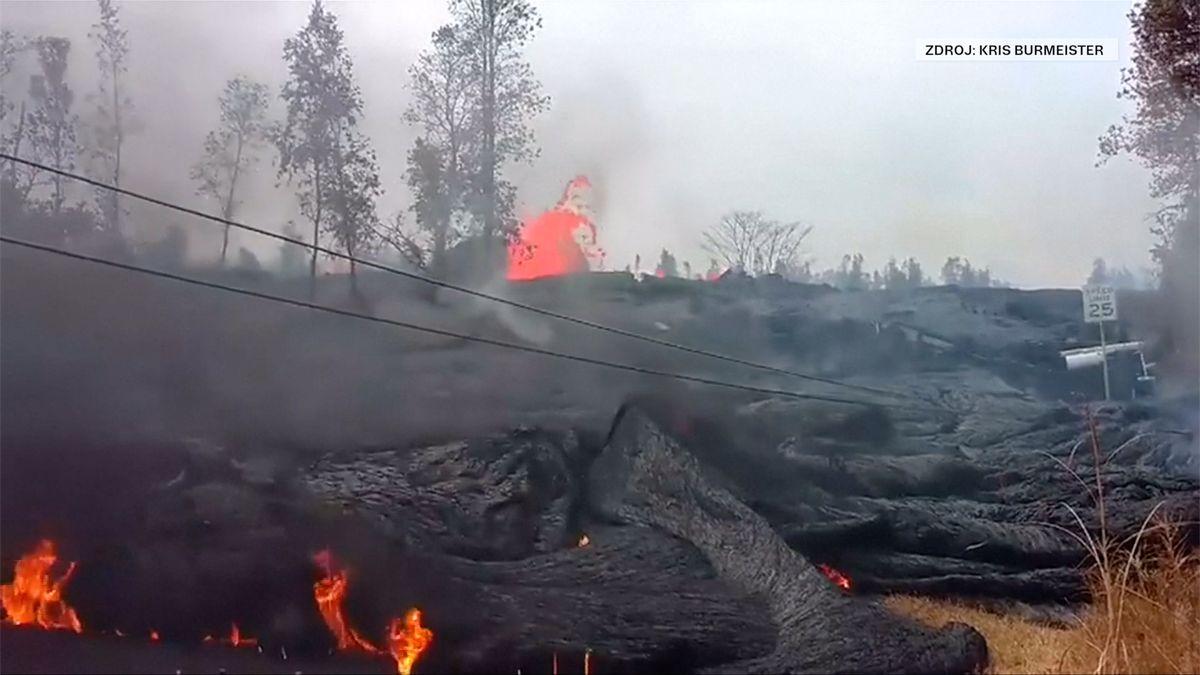 Láva ze sopky Kilauea nemilosrdně trhá silnice. Nové video z Havaje