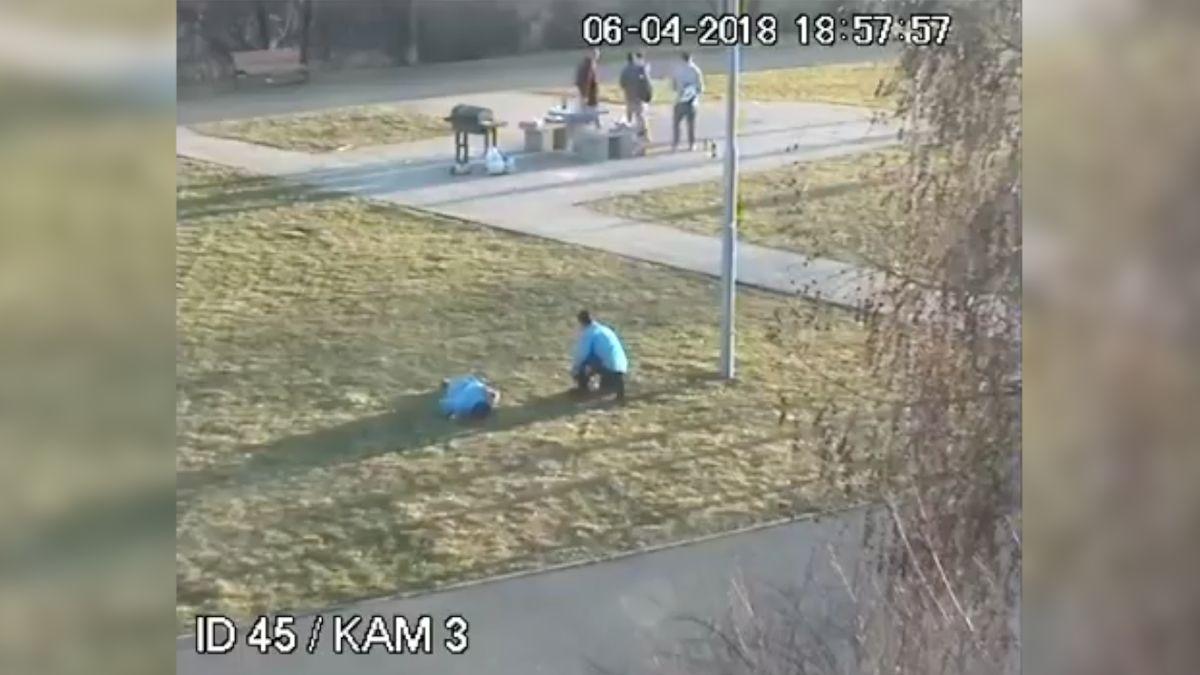 Drsné video z parku v Butovicích. Opilí mladíci zbili ochranku, policie žádá o pomoc