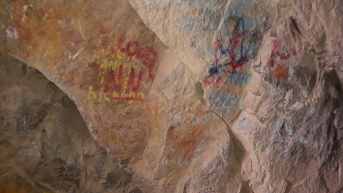 Vzácné jeskynní malby nenávratně poničili vandalové. Přestříkali je graffiti