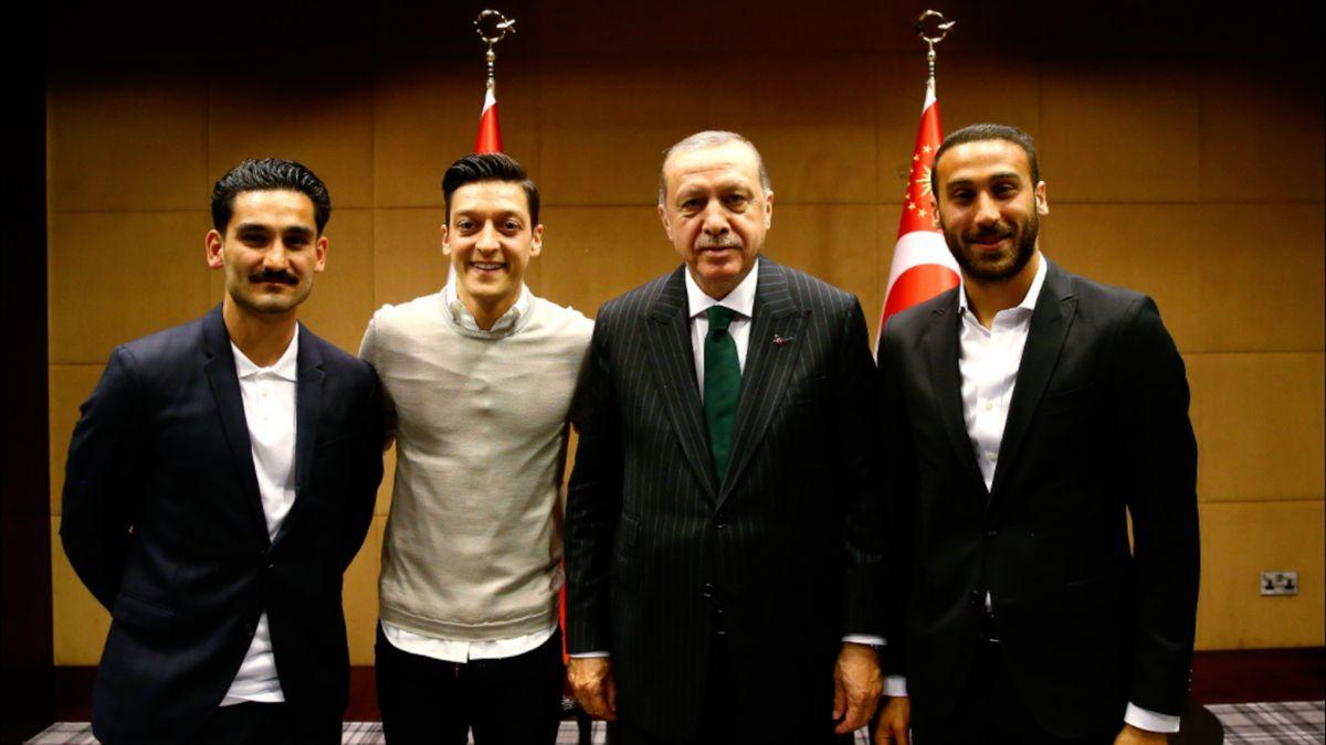 Německé fotbalové hvězdy Özil a Gündogan podpořily kampaň tureckého prezidenta Erdogana, čelí kritice
