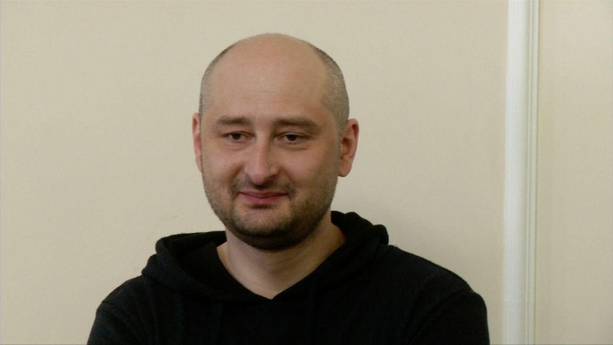 """O zinscenované vraždě nevěděla ani manželka. Omlouvám se, řekl """"mrtvý"""" novinář Babčenko"""