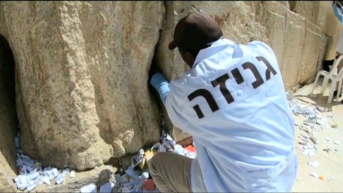Video: Jarní úklid neminul ani Zeď nářků. Z posvátného místa v Jeruzalémě zmizely tisíce vzkazů