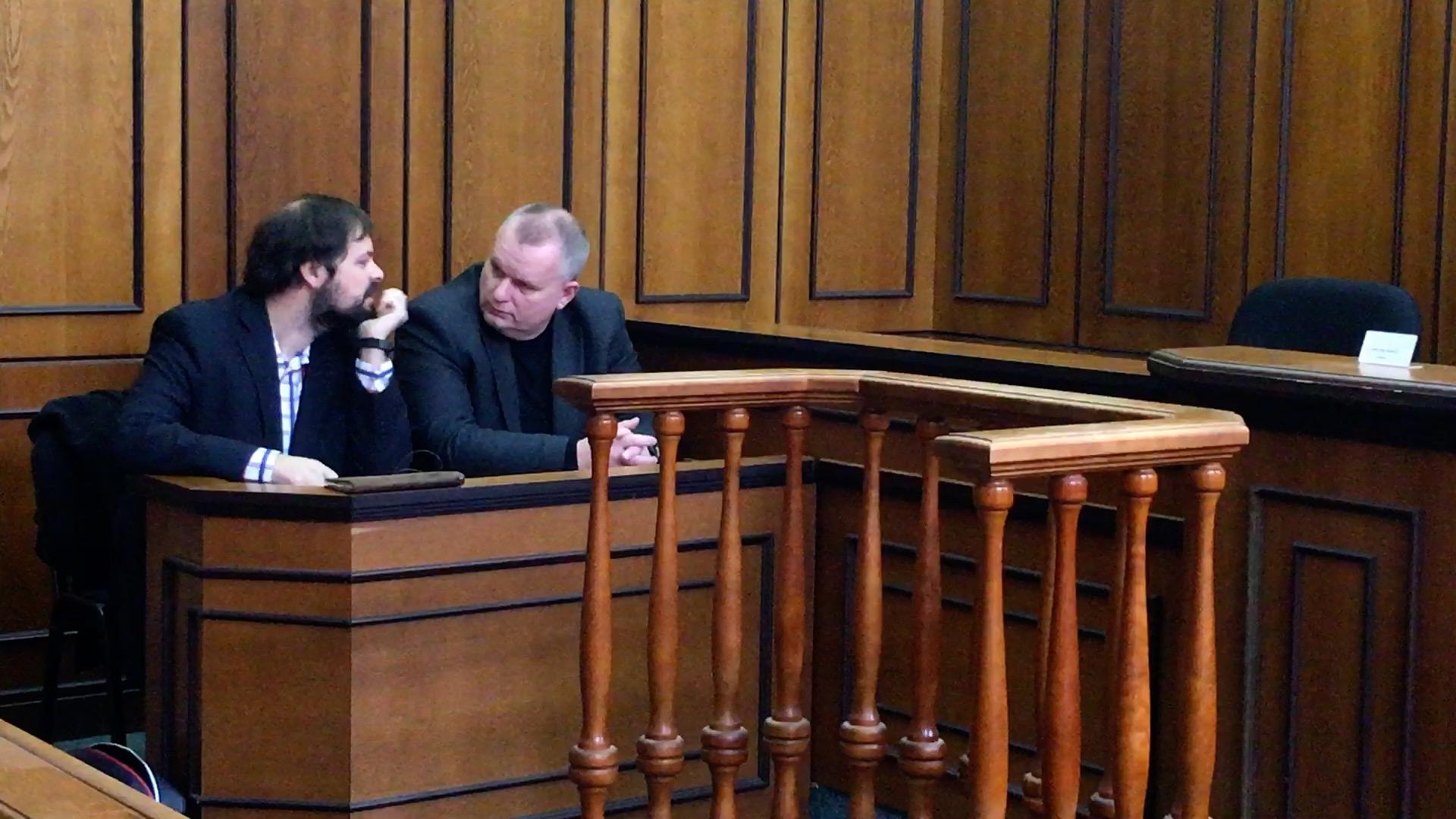 Stát přiznal exposlanci odškodné 300 tisíc, on chce u soudu dvacetkrát víc
