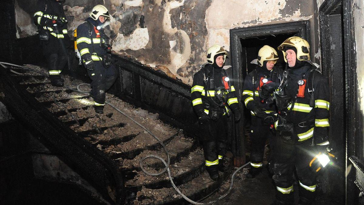 Po vyhořelém hotelu zůstal konflikt odluhy a policejní reparát