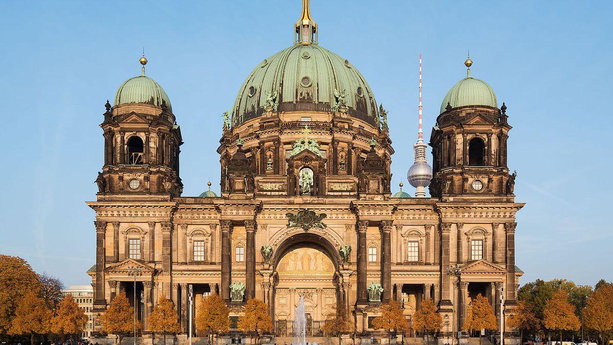 Policie postřelila muže s nožem v berlínském Dómu, okolí katedrály je uzavřené