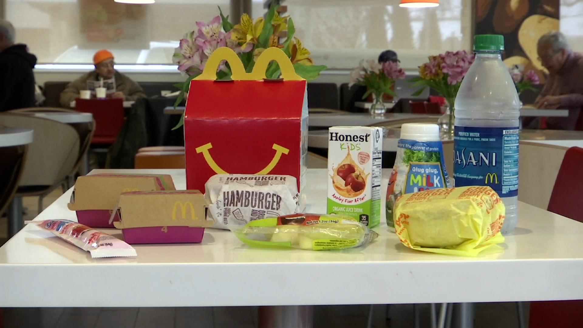 Cheeseburger si už zákazníci v menu Happy Meal neobjednají