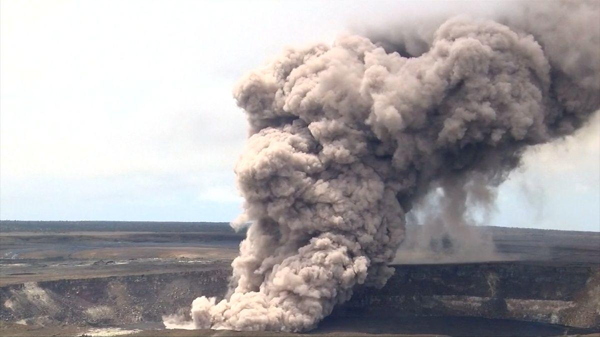 Z havajské sopky létají kameny do vzdálenosti několika kilometrů. Jak vypadá ohrožená oblast z vrtulníku?