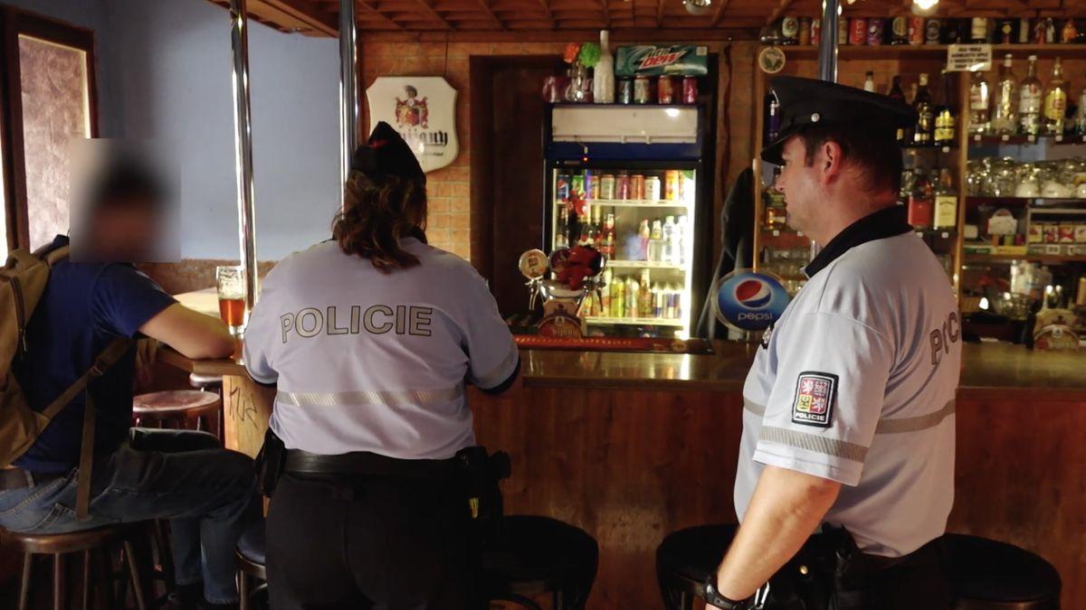 Zátah na mladé pod vlivem alkoholu začal. Záběry přímo z akce