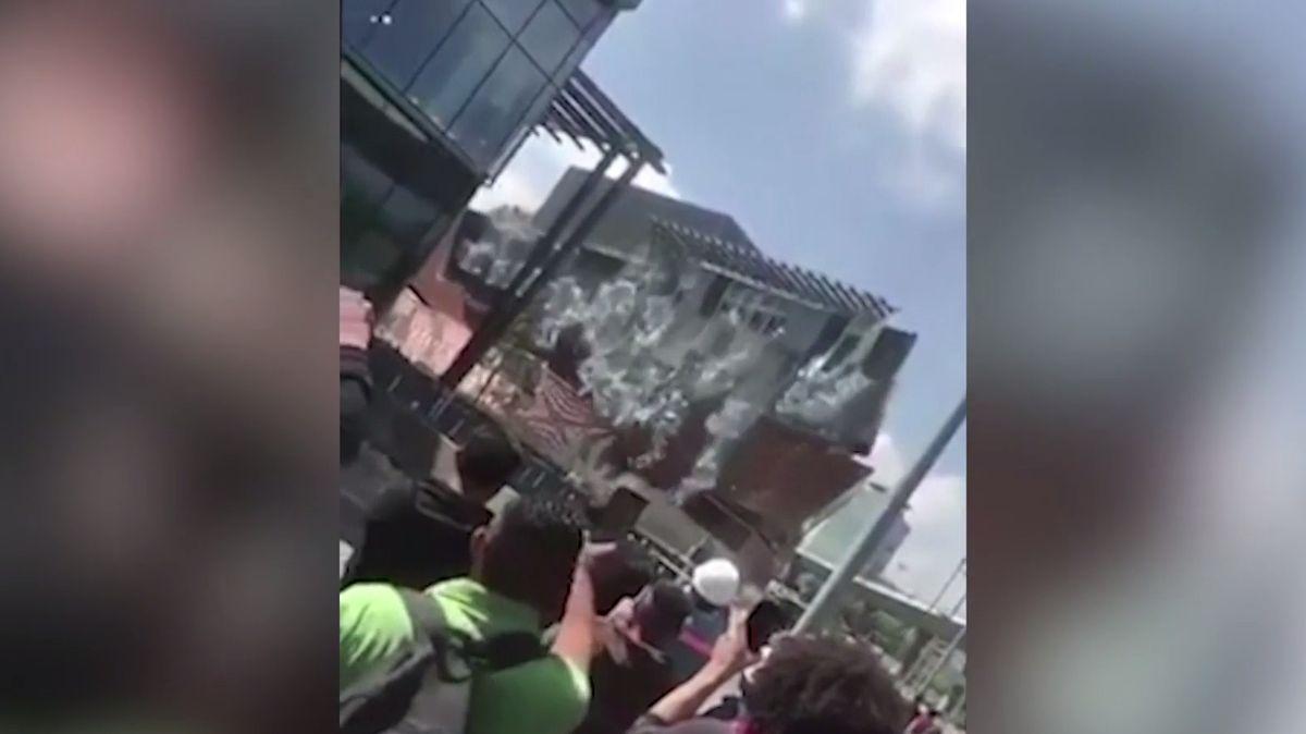 V Mexico City se zřítilo obchodní centrum, místo muselo být evakuováno