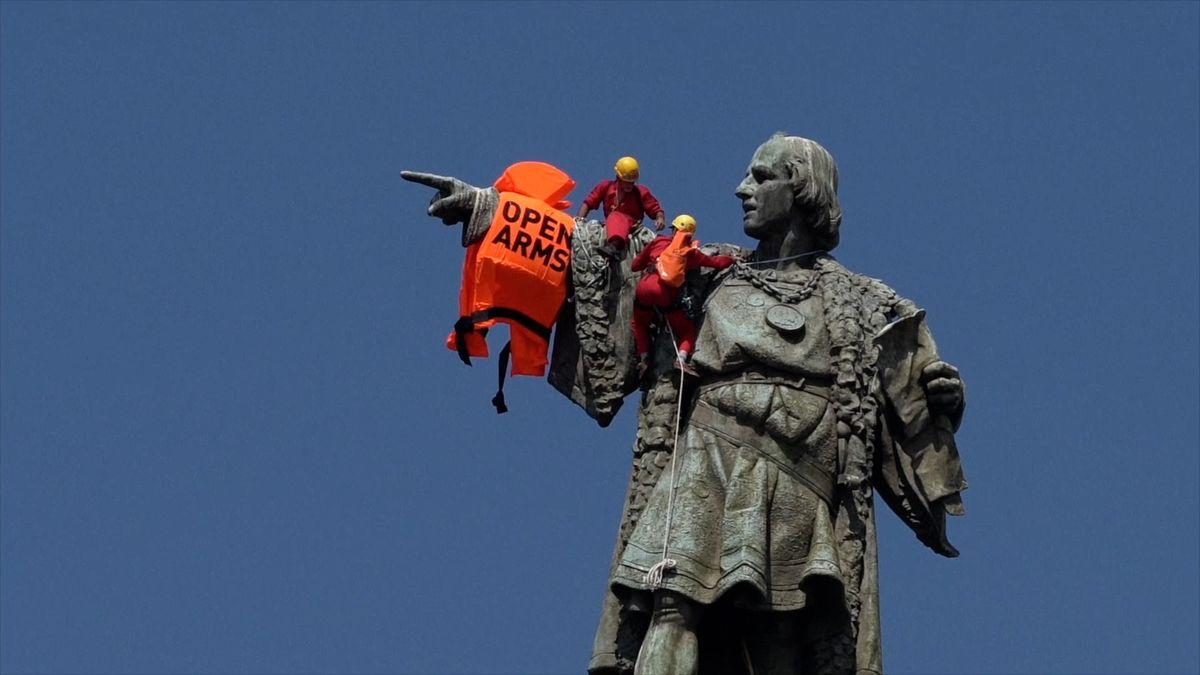 Kolumbus se záchrannou vestou. Do Barcelony doplulo 60 migrantů, aktivisté poukazují na úmrtí na moři