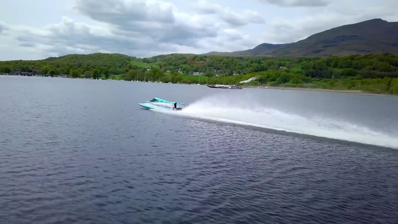 Světový rychlostní rekord na vodě pokořen. Podívejte se, jak to Britové s elektrickým člunem dokázali