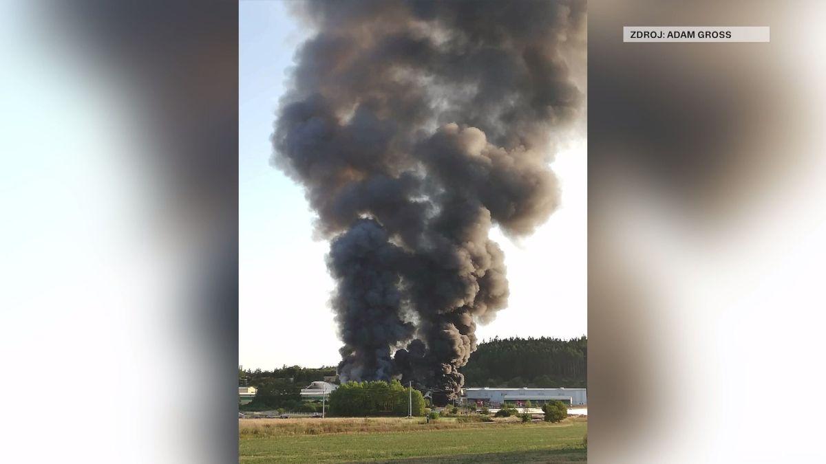 V Příbrami hoří v areálu Ravaku, střecha se propadla, hasiči vyhlásili třetí stupeň poplachu