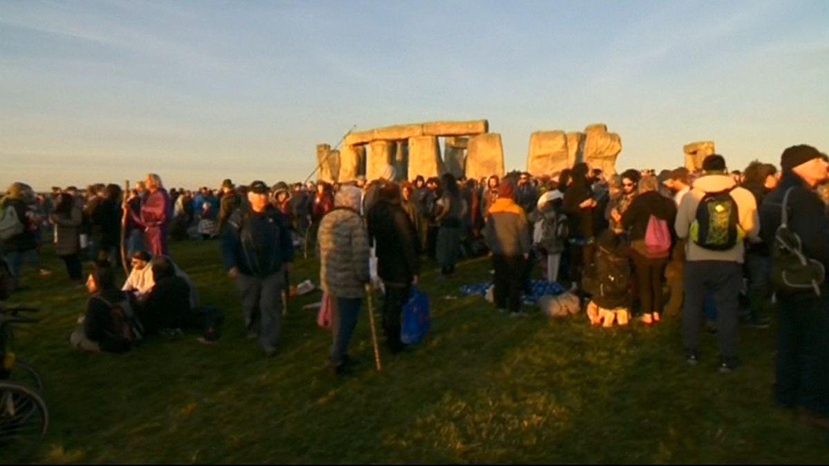 Jako za časů pohanů. Tisíce lidí přivítaly východ slunce u kamenné svatyně Stonehenge