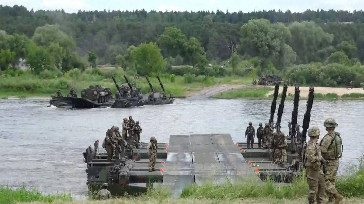 Záznam: Cvičení vojáků NATO včetně Čechů poblíž ruských hranic