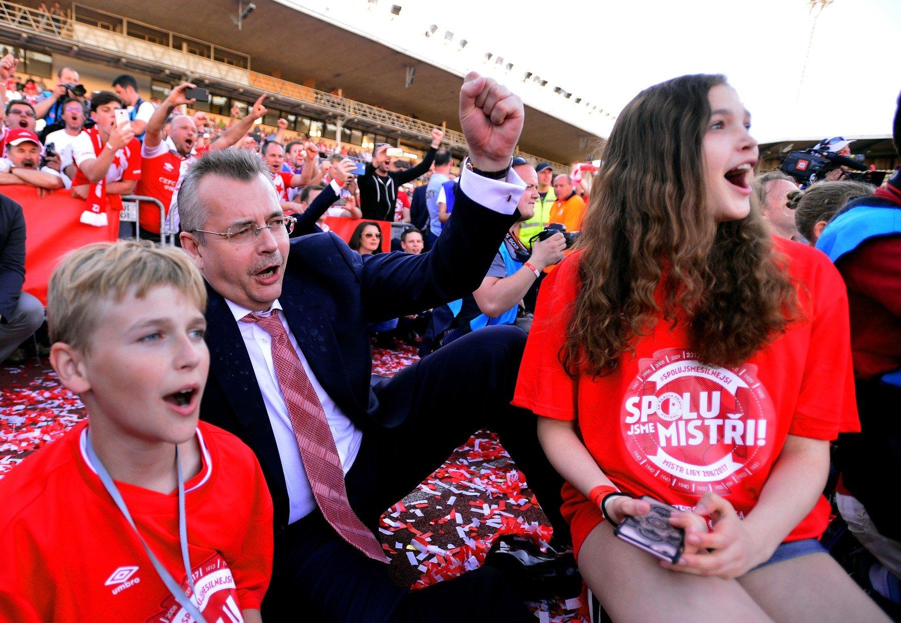 """Tvrdíkovi hrozí, že ho nepustí na stadion. Skandování slávistů """"UEFA Mafia"""" může přivolat extrémní pokuty"""