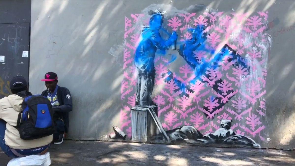 Na pařížských zdech se objevila nová graffiti kritizující postoj Francie k uprchlíkům, autorem je zřejmě Banksy
