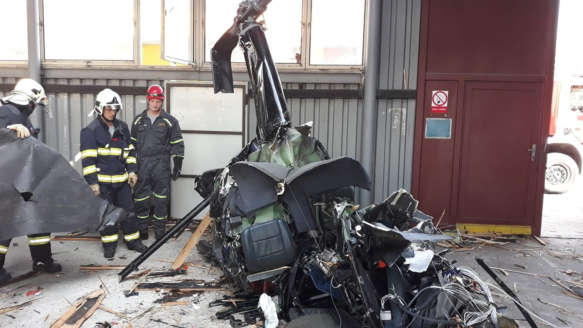 Hasiči vyprostili z haly trosky vrtulníku, v němž zahynuli 4 lidé
