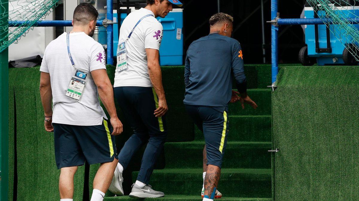 Kotník nebo opět zlomený nárt? Brazílii straší tajnosti kolem Neymarova zranění