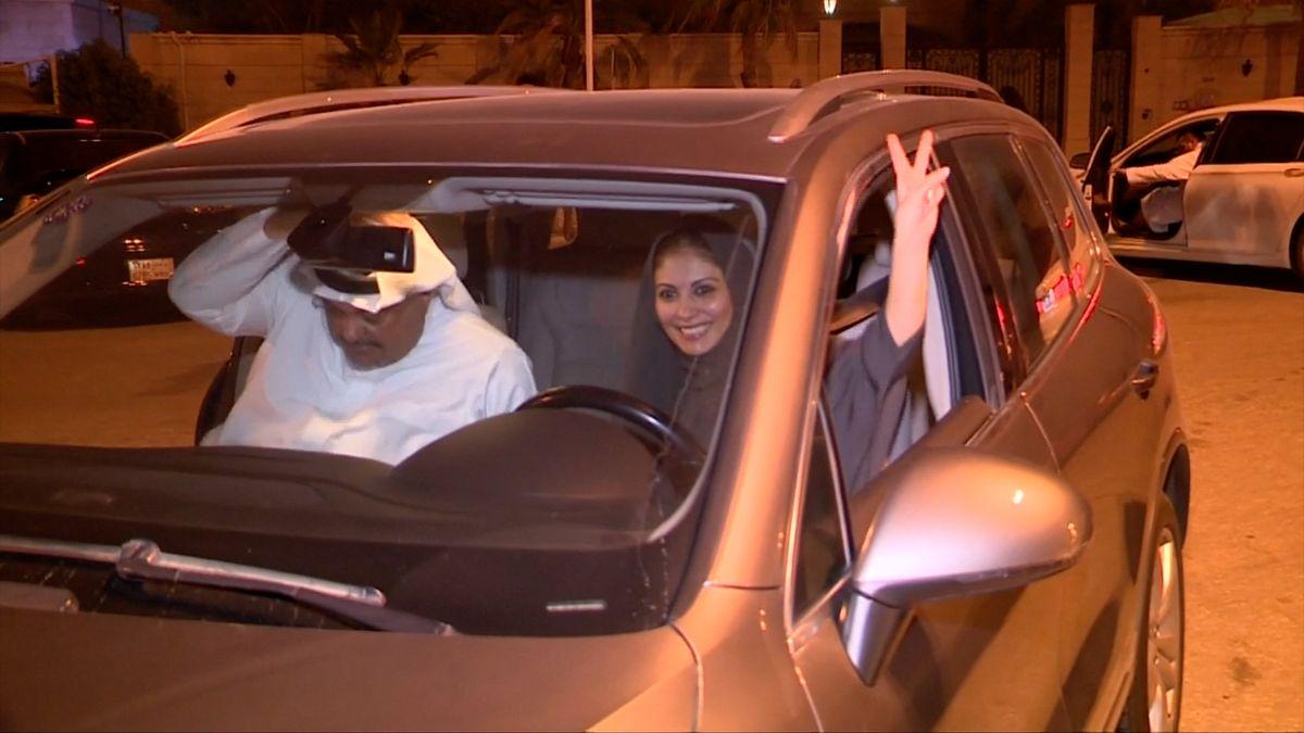 Ženy v Saúdské Arábii už mohou řídit auto, prince při první jízdě svezla jeho dcera
