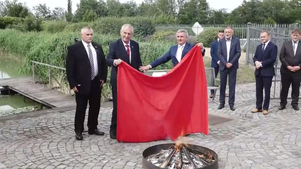 Tohle se stalo na Hradě: Zeman svolal novináře a spálil červené trenýrky