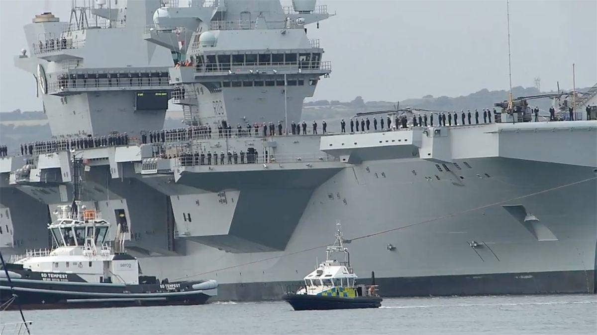 Chlouba britského námořnictva vyplula na svou první cestu do Ameriky. Otestuje nové stíhačky
