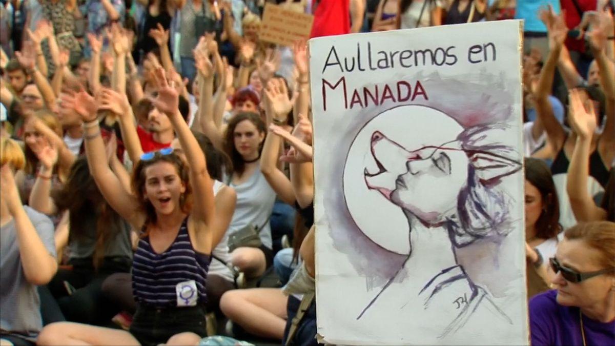 Soud propustil Vlčí smečku, která hromadně znásilnila dívku. Protesty v Madridu