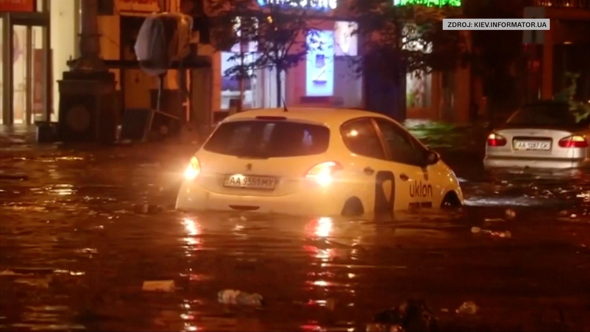 Ukrajinský Kyjev zasáhly prudké deště. V některých ulicích byl i metr vody