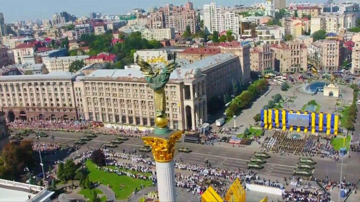 Míříme na Západ, řekl na vojenské přehlídce v den ukrajinské nezávislosti prezident Porošenko