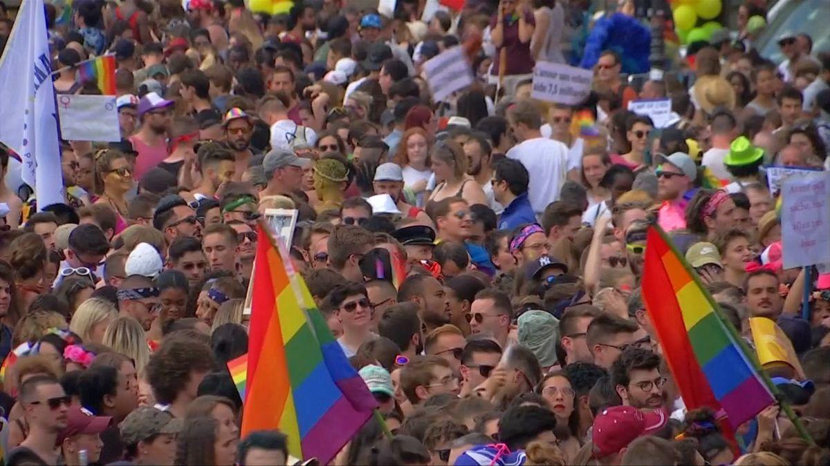 """Británie chystá nový LGBT akční plán, labouristé požadují zákaz terapie """"léčící"""" homosexuály"""