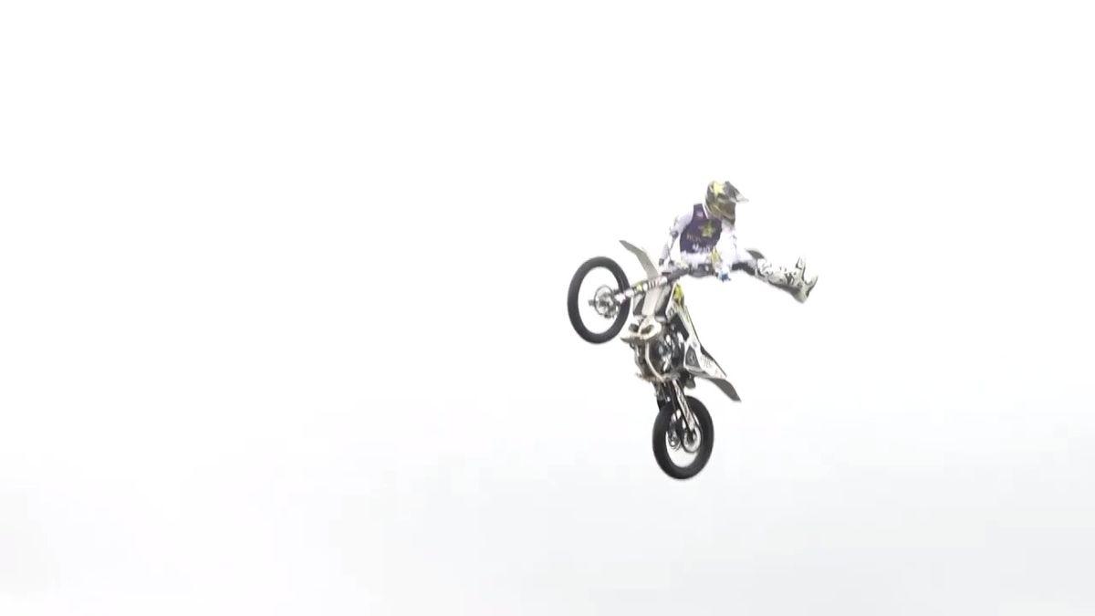Motokrosař Podmol ukázal šílený kousek. Přeskočil rodinný dům