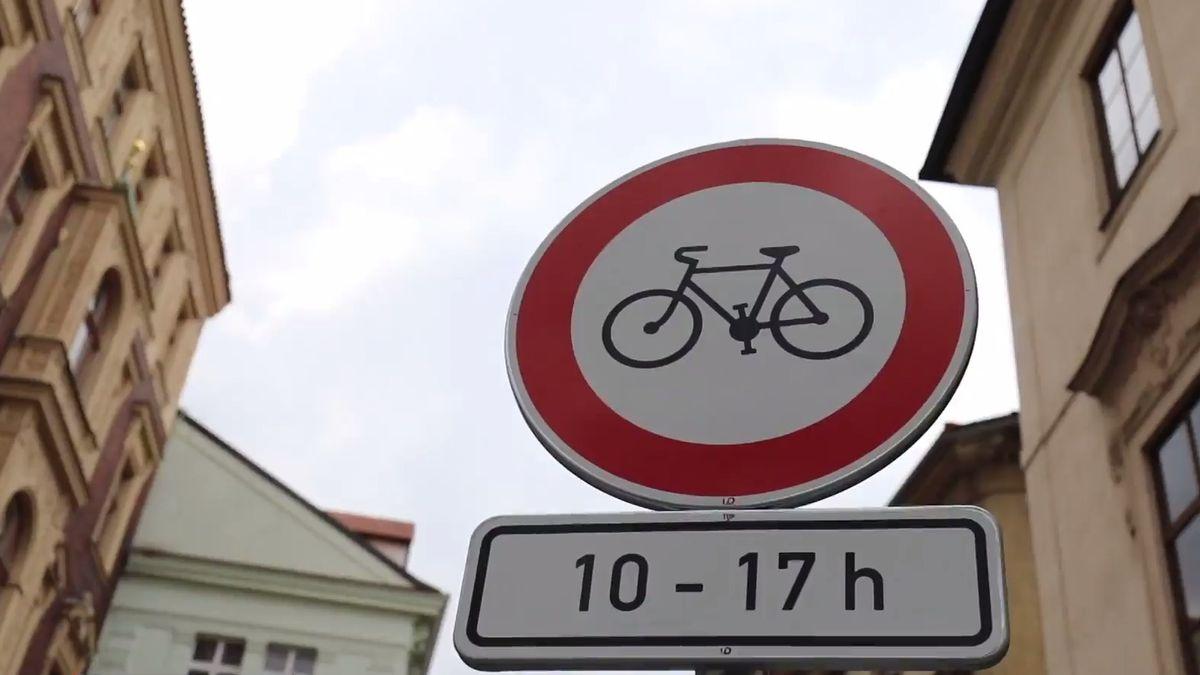 Cyklisté budou moci projet centrem Prahy. Staroměstské náměstí a Královská cesta se ale kolům nejspíš uzavřou