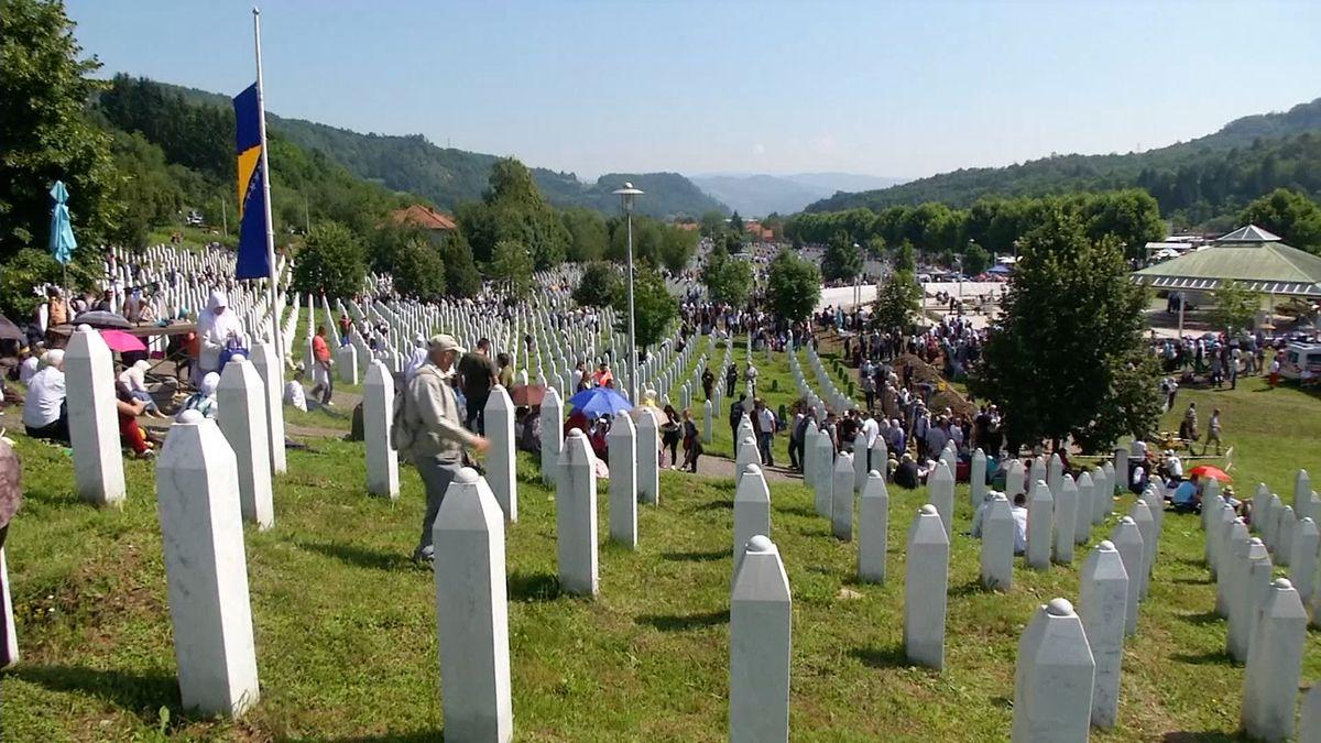 V Potočari uložili nově identifikované oběti masakru ve Srebrenici. Na pohřeb přišlo přes 30 tisíc lidí