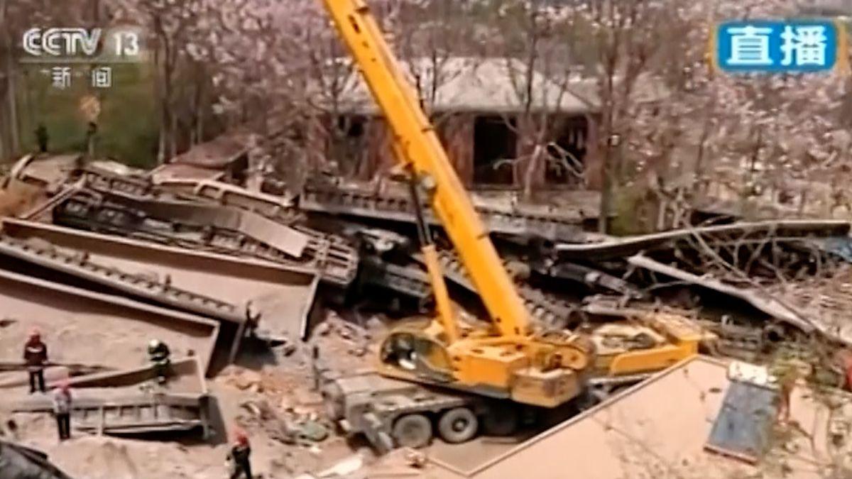 Po vykolejení nákladního vlaku zbyla hromada sutin