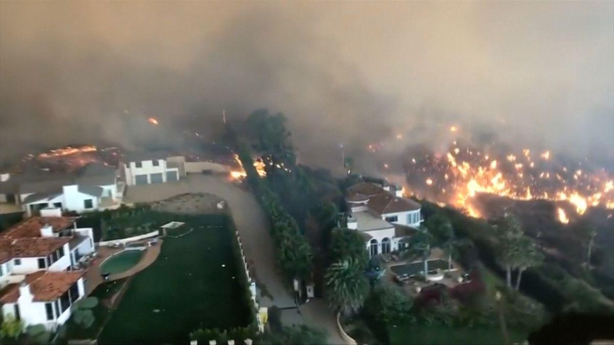 """Plameny vKalifornii už usmrtily 25lidí. Záběry ukazují """"ohnivou zemi"""""""