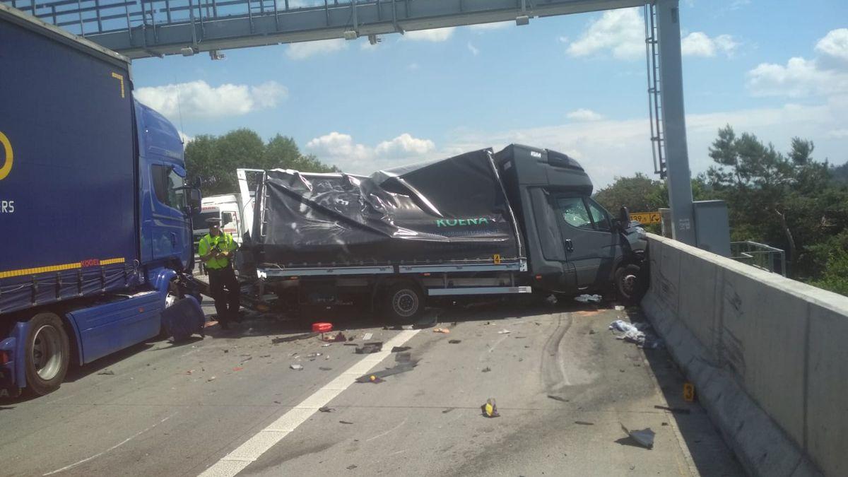 Kolona kamionů na D1 se protáhla na téměř třicet kilometrů. Vzpomínky na Ťoka ožívají